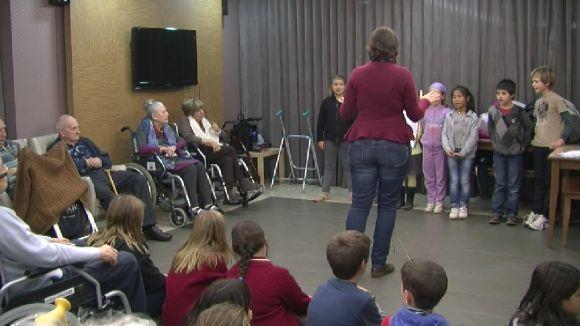 Els alumnes de l'Escola de Música de Valldoreix fan cantar la gent gran