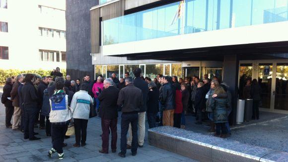 Més d'un centenar de persones es concentra contra la reforma de l'administració local