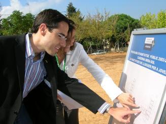 Mercè Conesa i Antoni Ramon mirant uns plànols