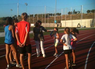 Primer tast dels atletes a les noves pistes d'atletisme de la Guinardera