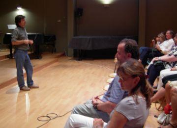 Moment de la conferència a l'Aula Magna de l'Escola de Música Victòria dels Àngels