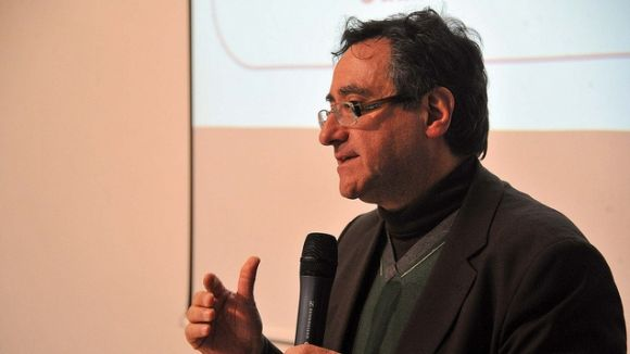 El neuròleg i director científic de l'entitat, Miquel Aguilar, durant la conferència inaugural / Font: Localpres
