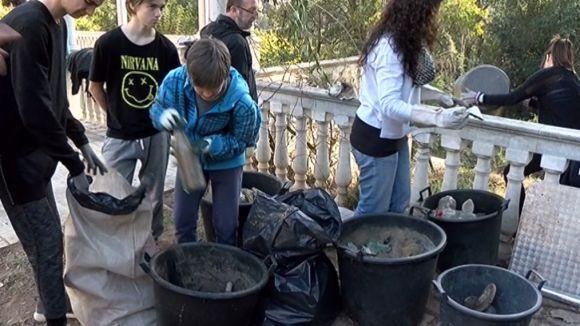 El Mussol i l'escola Tretzevents recullen deixalles a la Floresta amb concienciARTE