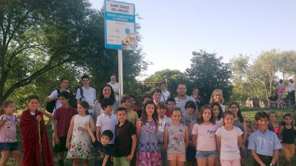 Els infants han descobert una placa de l'Unicef que acredita Sant Cugat com a Ciutat Amiga de la Infància