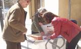 Una de les taules de la consulta popular instal·lades a Sant Cugat