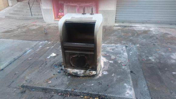 Crema un contenidor soterrat del carrer de Santiago Rusiñol de matinada
