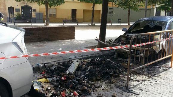 Un cotxe crema a la plaça de Pep Ventura i afecta un contenidor
