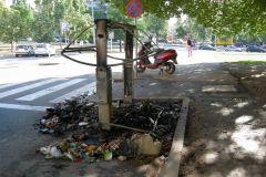 Cremen tres contenidors del centre de la ciutat
