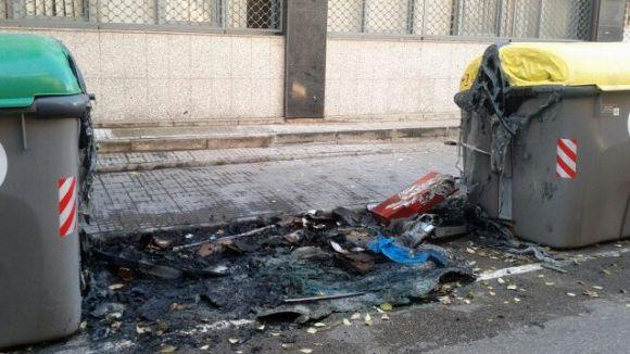 Cremen dos contenidors al carrer de Can Picanyol