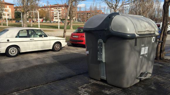 Cremen dos contenidors al carrer d'Abat Armengol