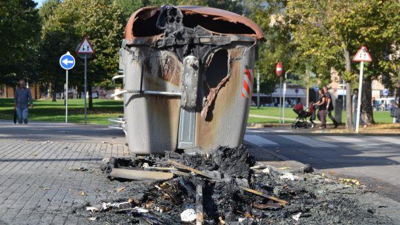 Es cremen quatre contenidors al carrer d'Abat Guillem d'Avinyó