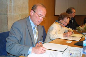 El conseller de Cultura, Jordi Vilajoana, en el moment de signar el conveni per traspassar el fons d'Aumacelles a l'ANC