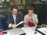 El director d'una de les sucursals de La Caixa a Sant Cugat, Lluís Caballé, i la presidenta de Cavis, Rosa Ribas, han signat un conveni per fer efectiva la donació