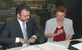Rosa Ribas signant un conveni amb La Caixa.