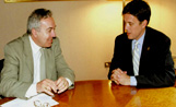 L'alcalde Recoder i el president de la Diputació de Barcelona, Manuel Royes, en l'acte de signatura del conveni de col·laboració