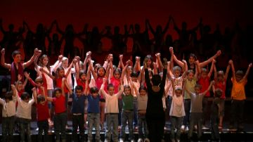 Centenars de santcugatencs canten al Teatre-Auditori per agrair els 20 anys del Cor Infantil