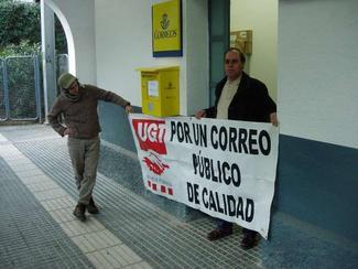 Els sindicats van protestar per l'estat de l'oficina de Correus a la Floresta