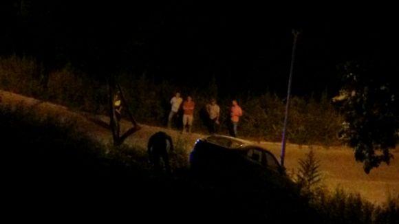 Un cotxe cau per un desnivell a la Floresta