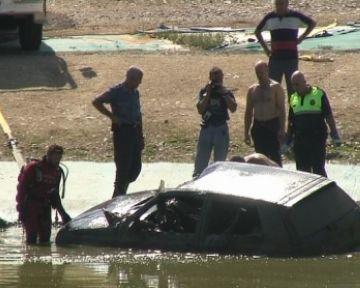 Troben un cotxe robat enfonsat al llac del Centre Comercial