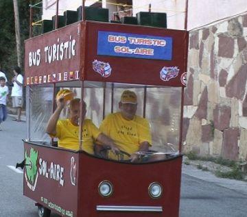 Els cotxes casolans prenen els carrers de Sol i Aire per Festa Major