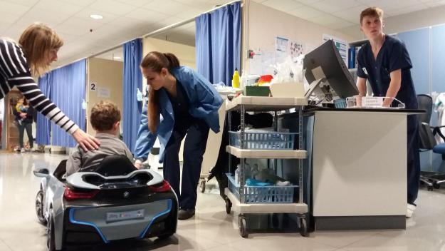 El Xavi ha arribat a l'àrea de Cirurgia Ambulatòria muntat en cotxe / Foto: Cugat.cat