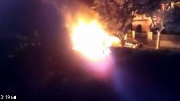 Cremen quatre contenidors de matinada al número 26 del carrer de Bergara