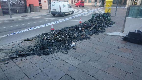 Cremen tres contenidors de matinada a la plaça dels Quatre Cantons