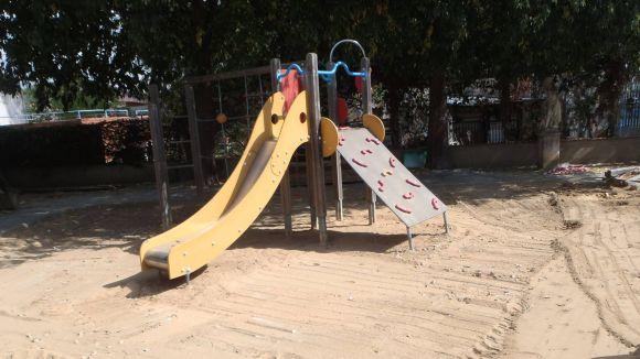 Les Planes renova la zona de jocs infantils de la plaça de la Creu d'en Blau
