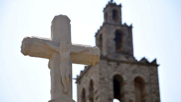 L'única Creu de Terme que hi ha actualment a Sant Cugat es troba als Jardins del Monestir