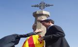 L'alcalde Recoder va penjar una senyera dalt la Creu de Terme