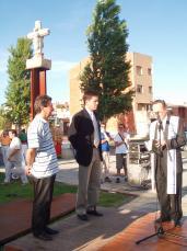 Acte oficial d'inauguració de la Creu situada al darrere Monestir.
