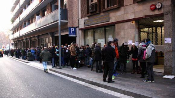 Cua davant la gerència territorial del ministeri de Justícia al carrer de Garcilaso de Barcelona al gener / Foto: ACN