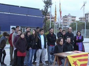 La concentració ha tingut lloc davant de la comisaria dels Mossos d'Esquadra