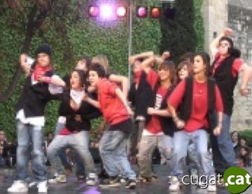 La dansa santcugatenca puja a l'escenari trepitjant fort