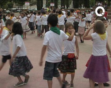 Centenars d'infants participen en la trobada de dansa escolar