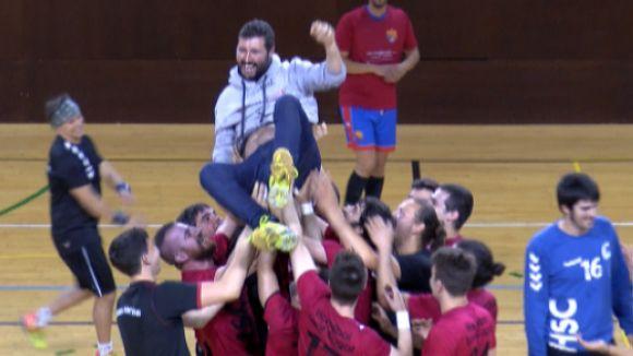 La plantilla ha mantejat David López al final del partit