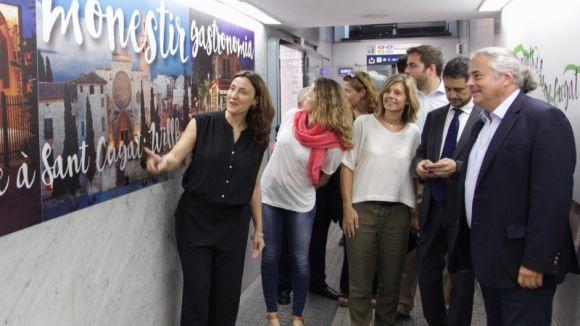 L'estació de FGC de Sant Cugat estrena decoració per promocionar el Monestir i altres atractius de la ciutat