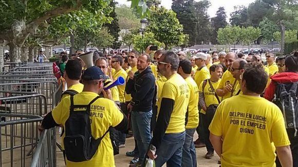 Els empleats de Delphi reclamen més intervenció dels polítics en una concentració al Parlament