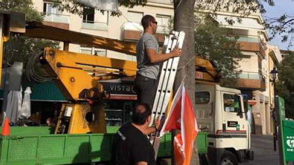 La brigada municipal despenja cartells del referèndum per ordre de la Policia