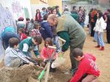 Els més petits han ajudat a plantar els arbres