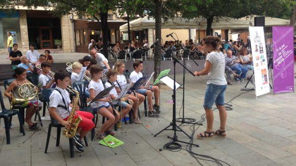 Actuació de la banda infantil de l'Escola Fusió a la plaça d'Octavià