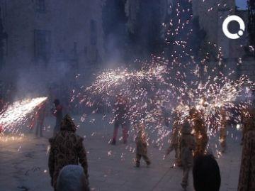 Milers de santcugatencs han bufat les espelmes del vintè aniversari de Diables