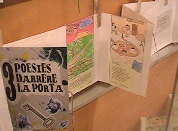 Alumnes de l'Escola Triangle entreguen llibres amb dibuixos i poemes a autors locals