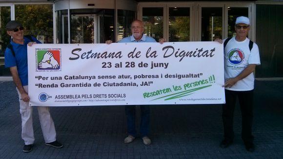 L'ADS entrega una pancarta a l'Ajuntament per a la Setmana per la Dignitat