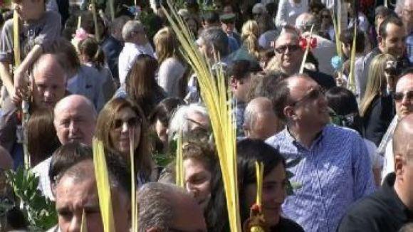 Una multitudinària benedicció de palmes i palmons dóna la benvinguda a la Setmana Santa entre creients i no creients
