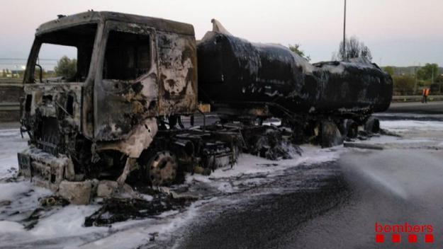 El camió ha quedat totalment calcinat / Foto: Bombers