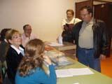 Un santcugatenc exerceix el seu dret a vot als col·legis electorals