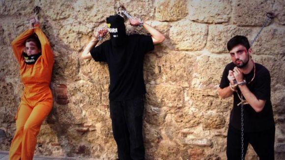Activistes d'Amnistia Internacional s'encadenen al mur del Monestir contra la tortura