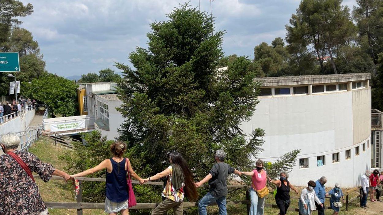 El veïns de La Floresta s'han aplegat per tal d'encerclar el Consultori Social i Sanitari / Foto: Cugat Mèdia