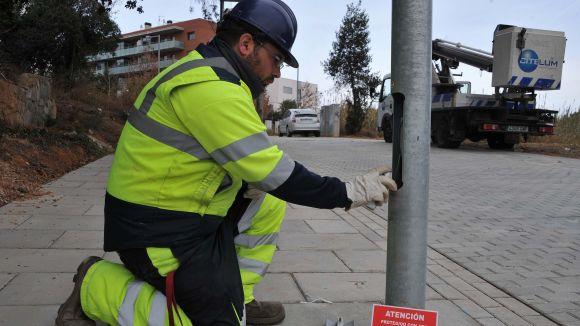 Un operari marcant el cablejat elèctric de l'enllumenat per evitar que sigui robat / Foto: Localpres